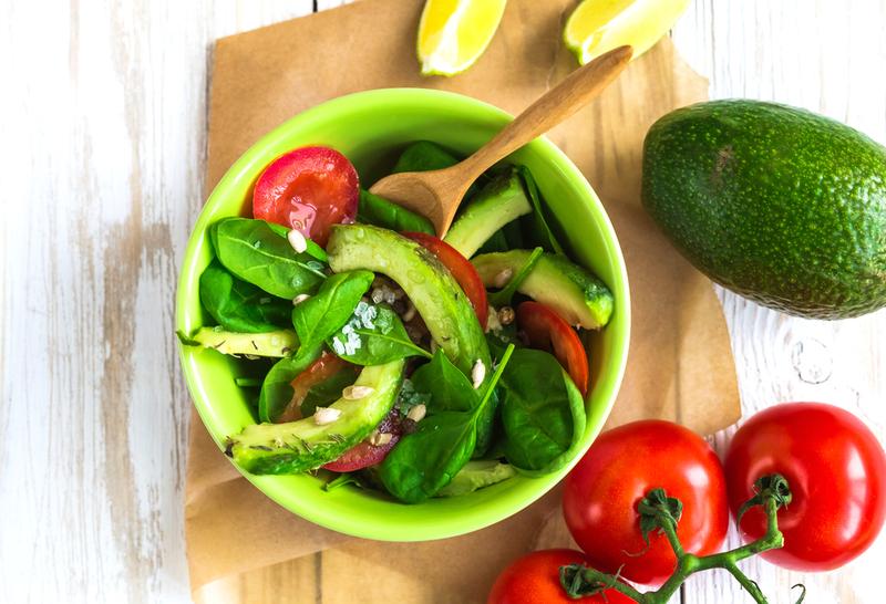 Салат с авокадо томатами и огурцом