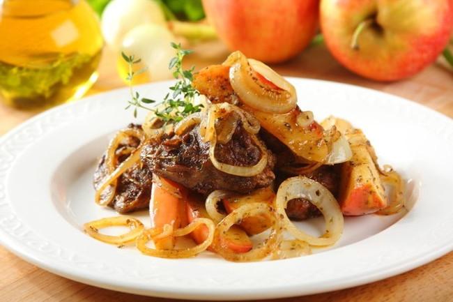 Рецепт Тушкована куряча печінка з яблуком