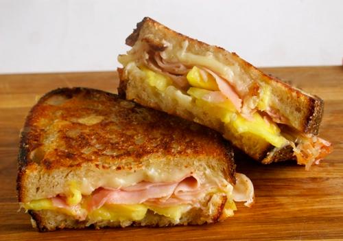 """Гарячий бутерброд """"Сніданок школяра"""" з тостом, сиром, шинкою і яйцем"""