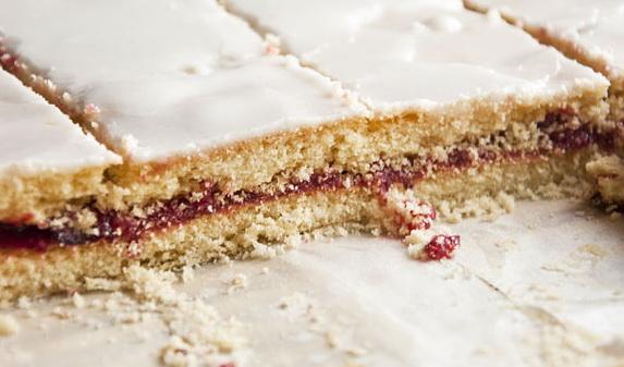 Рецепт Бісквітне тістечко з варенням і малиновим желе