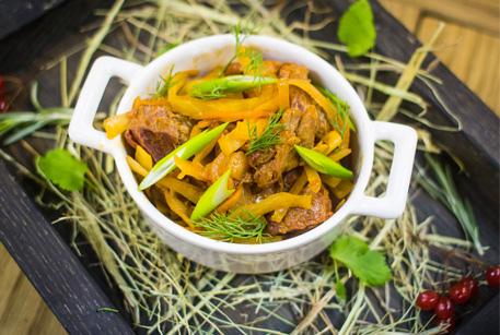 Рецепт Капуста, тушкована з свининою та шинкою